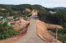 """Lâm Đồng: Đóng tiền """"lộ phí"""" để cho xe qua cầu đang thi công"""