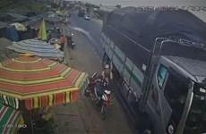 Lâm Đồng: Xe tải vượt ẩu khiến 2 mẹ con đi xe máy suýt mất mạng