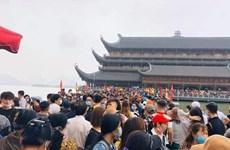 Hàng vạn người đi lễ chùa Tam Chúc đầu Xuân gây tắc nghẽn chưa từng có