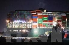 Thiệt hại khôn lường trong vụ mắc kẹt siêu tàu ở kênh đào Suez