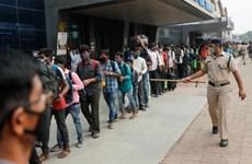Dân Ấn Độ chen nhau mua thuốc điều trị COVID-19 khi dịch lan nhanh
