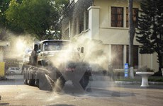 Lực lượng Quân khu 2 phun thuốc khử trùng tiêu độc tại Vĩnh Phúc