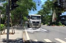 Nhiều đường phố ở Hà Nội được tưới nước hạ nhiệt ngày nắng nóng