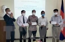 Bàn giao khoản hỗ trợ 85.000 USD giúp người gốc Việt tại Campuchia