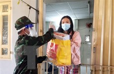 Bộ Quốc phòng xuất quân trao tặng quà hỗ trợ người dân TP.HCM