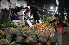 Hà Nội duy trì hoạt động chợ đầu mối để cung cấp hàng thiết yếu