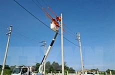 Quảng Trị: Xe chở cánh quạt gió đỗ gần đường dây, 3.500 hộ mất điện