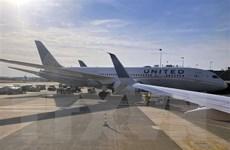 United Airlines sa thải gần 600 nhân viên từ chối tiêm vaccine