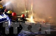 TP.HCM: Cháy lớn tại gara, thiêu rụi 3 xe ôtô, 1 xe máy