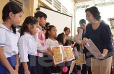 Khám bệnh, trao học bổng cho người nghèo và Việt kiều ở Campuchia