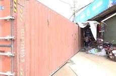 Bình Phước: Thùng container lật rơi xuống đường, 3 người thương vong