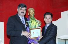 Trao Kỷ niệm chương tặng chủ tịch của Làng trẻ em SOS