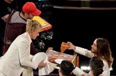 MC lễ trao giải Oscar phát bánh pizza cho các sao