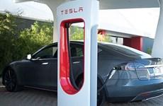 Tesla bị chỉ trích vì không chuẩn hóa các trạm sạc nhanh