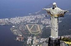 Bên lề World Cup: Du khách chinh phục tượng Chúa cứu thế