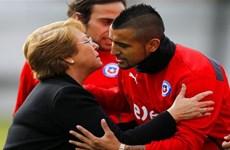 """Nữ Tổng thống Bachelet """"hâm nóng"""" phòng thay đồ tuyển Chile"""