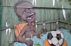Bức graffiti gây sốt và nước mắt của đứa trẻ trước quả bóng