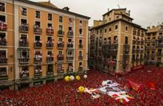 """""""Biển người"""" cuồng nhiệt trong lễ hội bò tót ở Pamplona"""