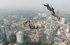[Photo] Trình diễn nhảy dù Basejumping quốc tế ở Malaysia
