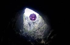 Lần đầu tiên khám phá hang Mamet sâu 206m bằng khinh khí cầu