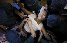 Nữ sinh viên Trung Quốc nâng vòng một để thi người mẫu ngực