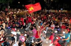 Người hâm mộ đổ ra đường ăn mừng chiến thắng của Việt Nam