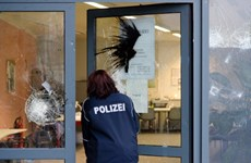 50 đối tượng tấn công đồn cảnh sát, đốt xe tuần tra ở Đức