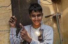 Kinh ngạc cậu bé 16 tuổi bình an dù chạm vào điện trần 11.000v