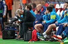 """Arsenal thua trận, HLV Arsene Wenger còn bị """"tố"""" bất lịch sự"""
