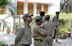 """Cảnh sát Ấn Độ dẫn tù nhân đi đường vòng 206km tới... khu """"đèn đỏ"""""""