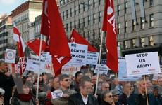 Tiếp tục biểu tình lớn tại CH Séc phản đối đoàn xe quân sự Mỹ