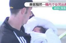 Người phụ nữ sinh con trên máy bay mà không biết mình mang thai