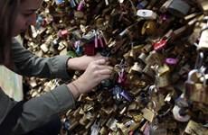 Thành phố Paris gỡ bỏ toàn bộ ổ khóa tình yêu trên cầu đi bộ