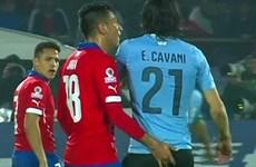 Cầu thủ móc tay thô thiển với Cavani bị loại khỏi Copa America