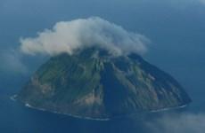 Núi lửa trên đảo Iwoto hoạt động trở lại, cột khói bốc cao 100m