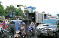 TP.HCM: Lật xe tải chở bia khiến giao thông ùn tắc trong nhiều giờ
