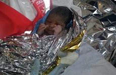Bé gái chào đời khi người mẹ tị nạn trên hành trình đến Italy