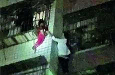 """Nữ anh hùng """"Người Nhện"""" trèo 5 tầng nhà để giải cứu em bé"""