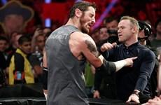 Wayne Rooney gây sốc khi tát võ sỹ Wade Barrett giữa đám đông