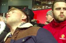 Cổ động viên M.U ngủ gật khi chứng kiến đội nhà đá FA Cup