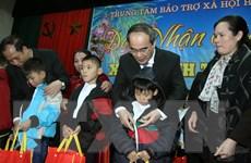 Chủ tịch UBMTTQ Việt Nam trao quà Tết cho hộ nghèo ở Trà Vinh