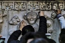 Người dân Trung Quốc đổ xô tới đền chùa cầu nguyện cho năm mới