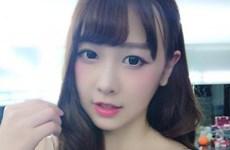 """Ca sỹ Trung Quốc xinh đẹp biến thành """"đuốc sống"""" trong quán càphê"""