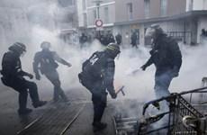 Pháp: Cảnh sát sử dụng khí gas để giải tán những người biểu tình