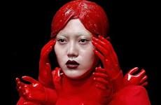 """Show thời trang """"đẫm máu"""" ở Trung Quốc khiến người xem rùng mình"""