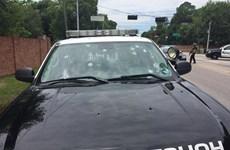 Xe cảnh sát chi chít vết đạn sau vụ đấu súng chết chóc ở Mỹ