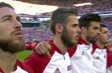 """Pique bị tố giơ """"ngón tay thối"""" về phía Ramos khi hát quốc ca"""