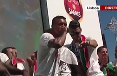 Nani và Sanches trổ tài beatbox ăn mừng chức vô địch EURO