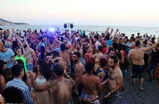 Hàng trăm người dự tiệc ở bãi biển Syria, dù cái chết cận kề