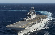 [Video] Tàu Hải quân Mỹ bắn cảnh cáo tàu Iran ở Eo Hormuz
